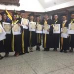 Graduandos portando con orgulo sus Diplomas